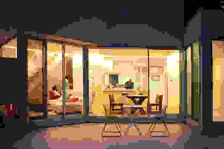 キッチンの夕景 モダンな 家 の atelier m モダン