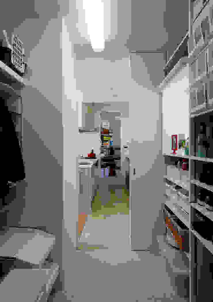 キッチンにつながるパントリー モダンな キッチン の atelier m モダン