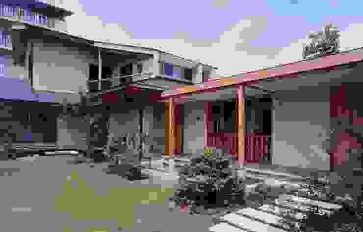 玄関と庭 オリジナルな 家 の 有限会社加々美明建築設計室 オリジナル 石灰岩