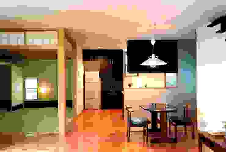 畳室とダイニング オリジナルデザインの ダイニング の 有限会社加々美明建築設計室 オリジナル 木 木目調