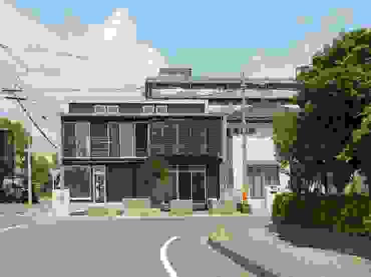 T字路正面から モダンな 家 の 原 空間工作所 HARA Urban Space Factory モダン