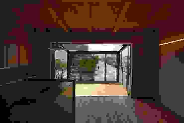 T字路に建つアトリエハウス モダンデザインの リビング の 原 空間工作所 HARA Urban Space Factory モダン