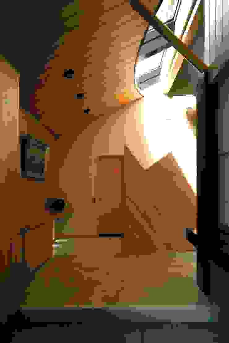 有限会社加々美明建築設計室 Pasillos, vestíbulos y escaleras de estilo ecléctico Madera Acabado en madera