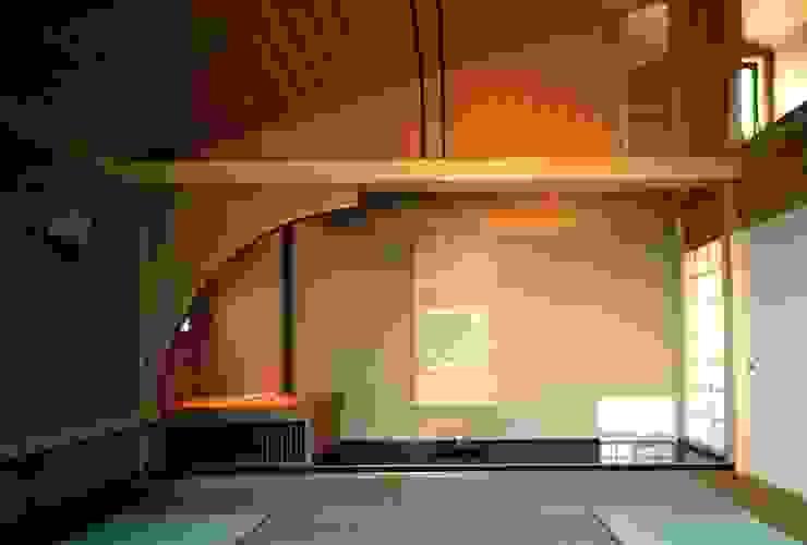 有限会社加々美明建築設計室 Salas de entretenimiento de estilo ecléctico Madera Marrón