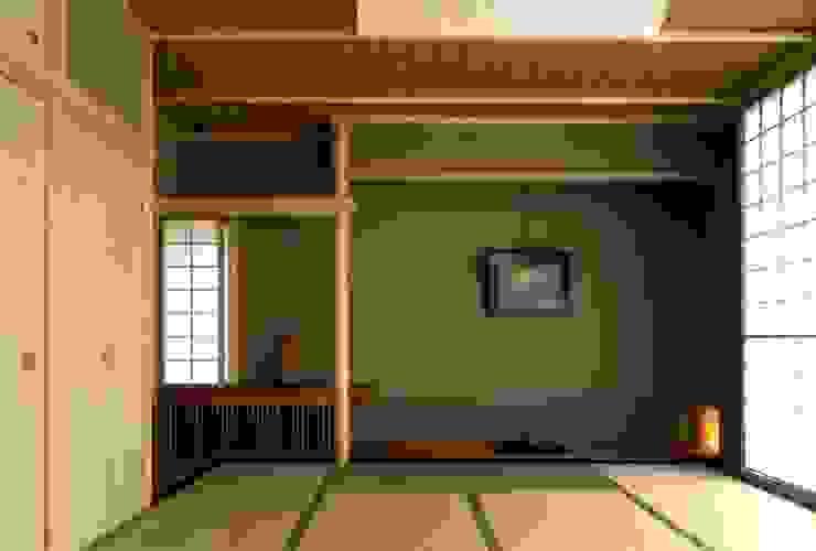 有限会社加々美明建築設計室 Salas de entretenimiento de estilo ecléctico Caliza Beige