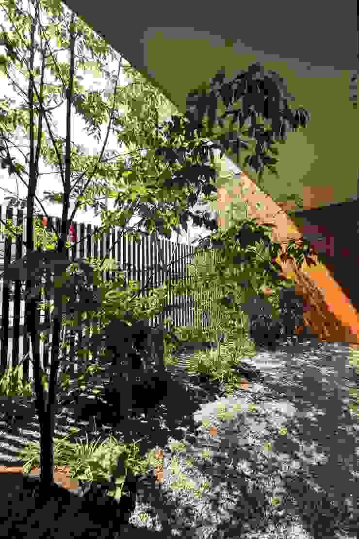 山内接骨院 オリジナルな 庭 の LIVING DESIGN オリジナル