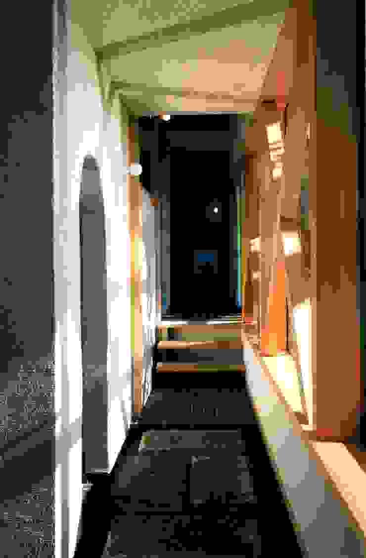 有限会社加々美明建築設計室 Pasillos, vestíbulos y escaleras de estilo ecléctico Granito Blanco