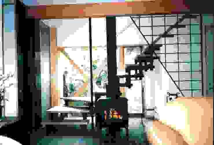 有限会社加々美明建築設計室 Salas de estilo ecléctico Madera Blanco