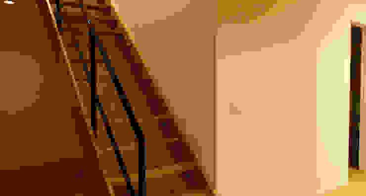 Minimalist corridor, hallway & stairs by 宮城雅子建築設計事務所 miyagi masako architect design office , kodomocafe Minimalist