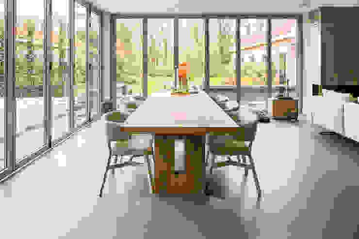 Een gietvloer in de eetruimte www.designgietvloer.nl Moderne eetkamers van Design Gietvloer Modern