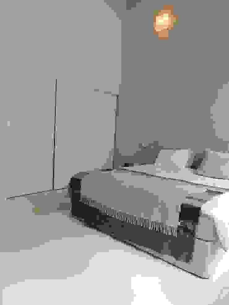 Een mooie serene slaapkamer. een witte DesignGietvloer geeft rust. Door de combinatie met warme materialen is de ruimte in balans. Moderne slaapkamers van Design Gietvloer Modern