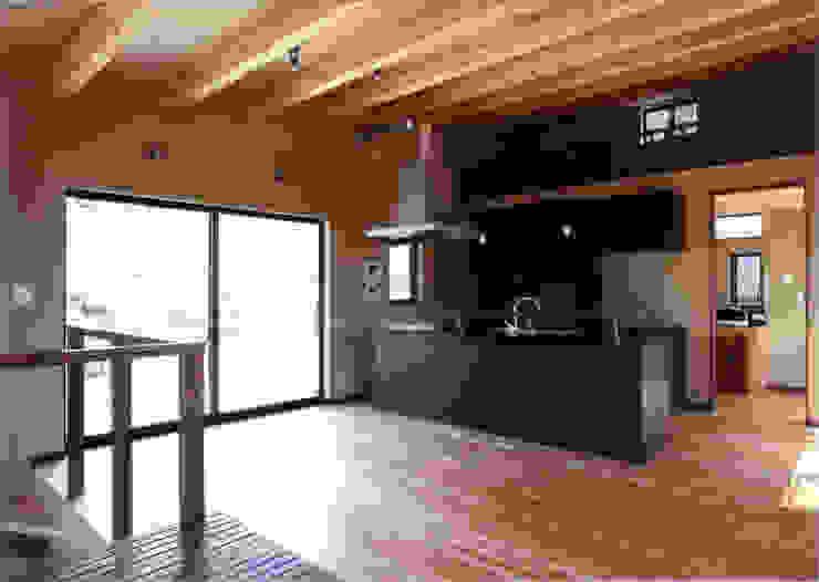 リビング側よりキッチンを見る 豊田空間デザイン室 一級建築士事務所 オリジナルデザインの ダイニング 木 木目調