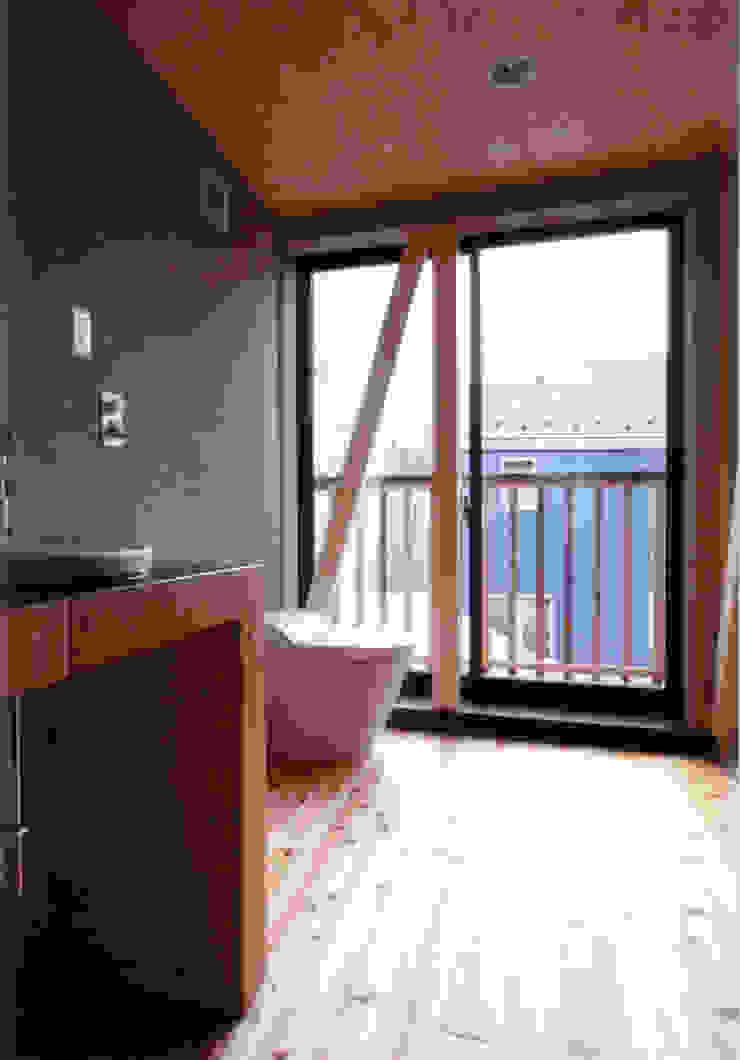 洗面よりトイレを見る オリジナルスタイルの お風呂 の 豊田空間デザイン室 一級建築士事務所 オリジナル 木 木目調