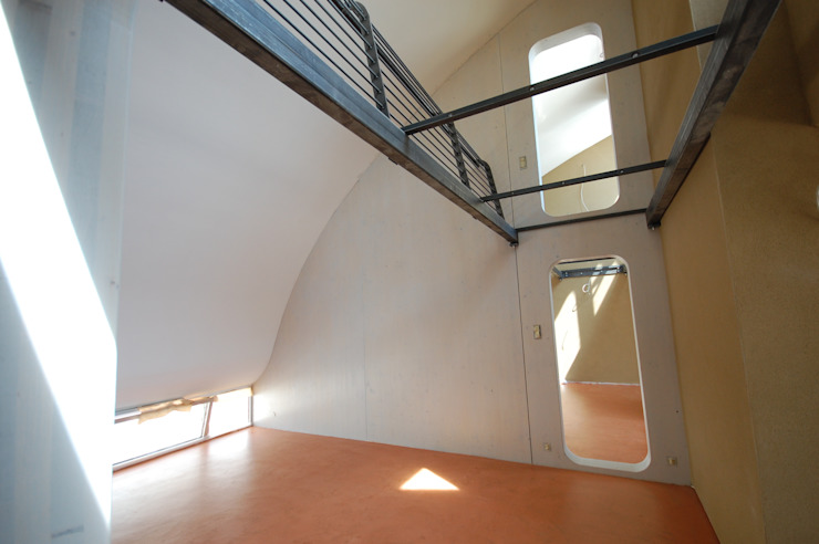 living under the barrel roof Moderne Schlafzimmer von allmermacke Modern Holzwerkstoff Transparent