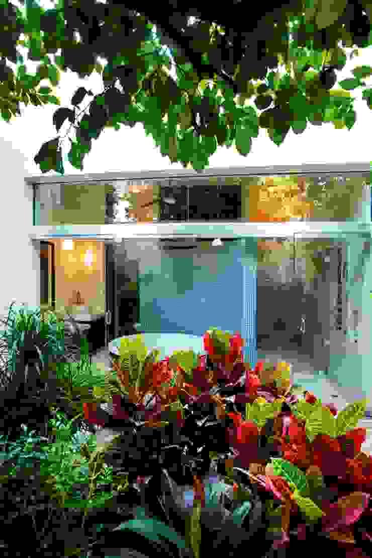Modern bathroom by Taller Estilo Arquitectura Modern
