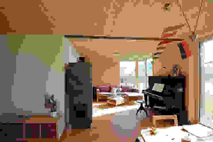 Symbios Architektur Salon moderne Bois Marron