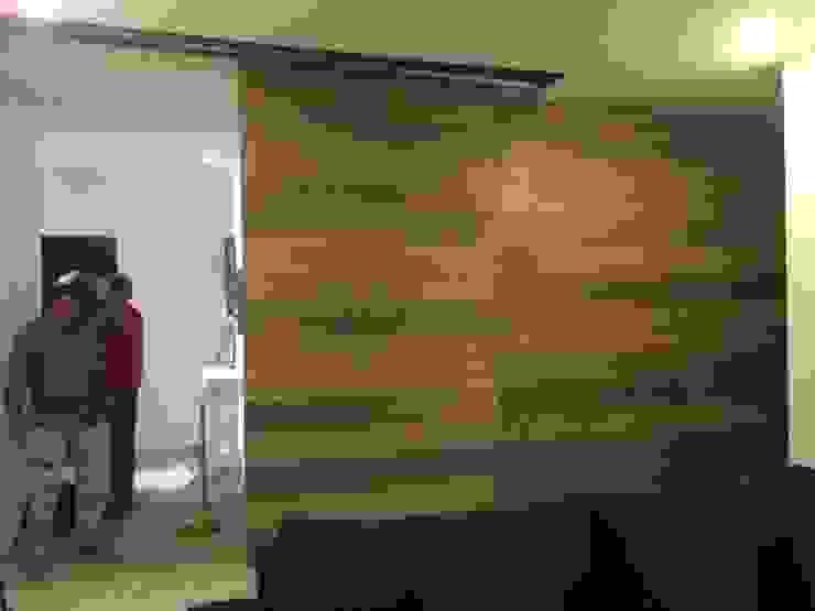Puerta corrediza con labrín de madera de HO arquitectura de interiores Moderno Madera Acabado en madera