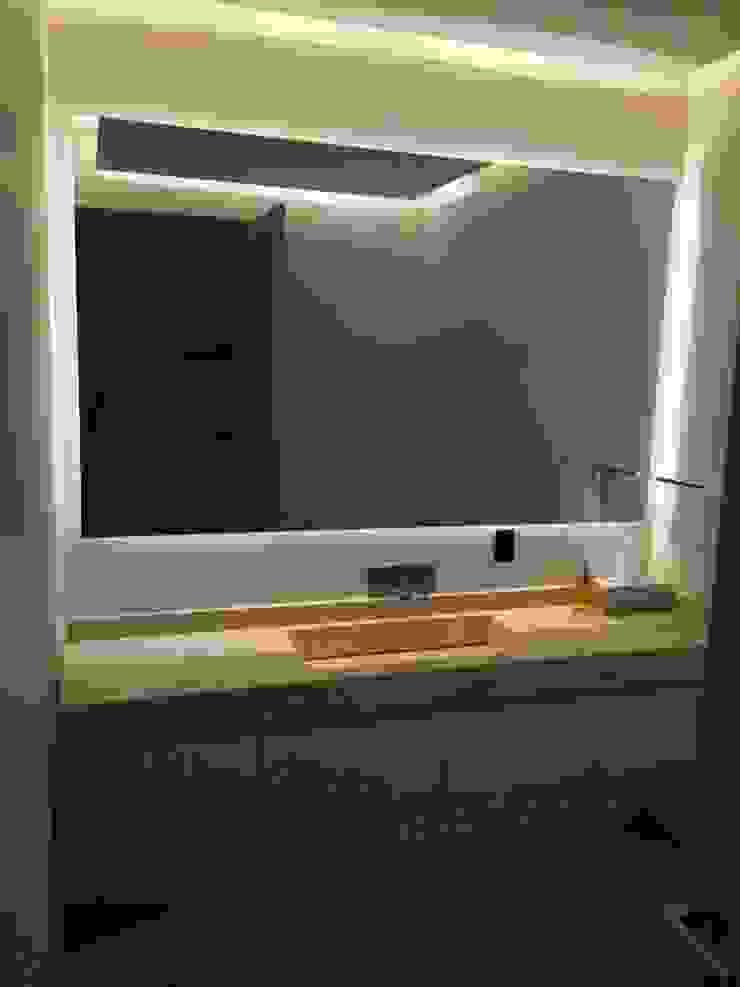 Mueble de baño con luz indirecta de HO arquitectura de interiores Moderno