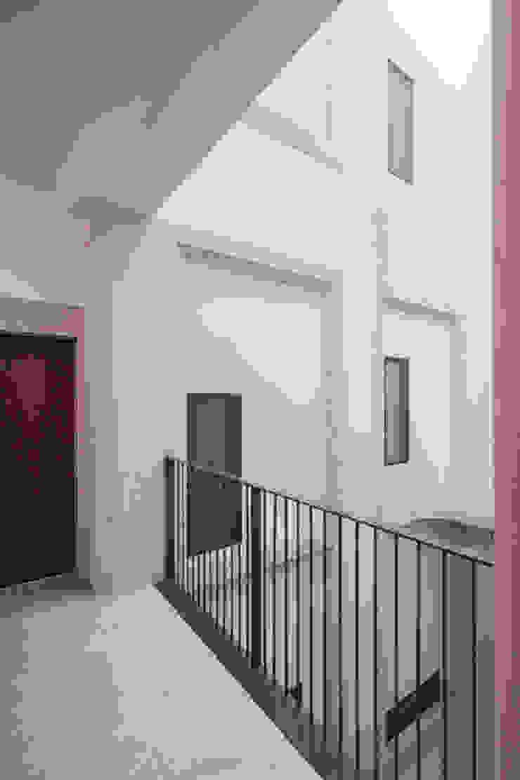 PAÇO DO DUQUE BUILDINGS LISBON Corredores, halls e escadas clássicos por OPERA I DESIGN MATTERS Clássico
