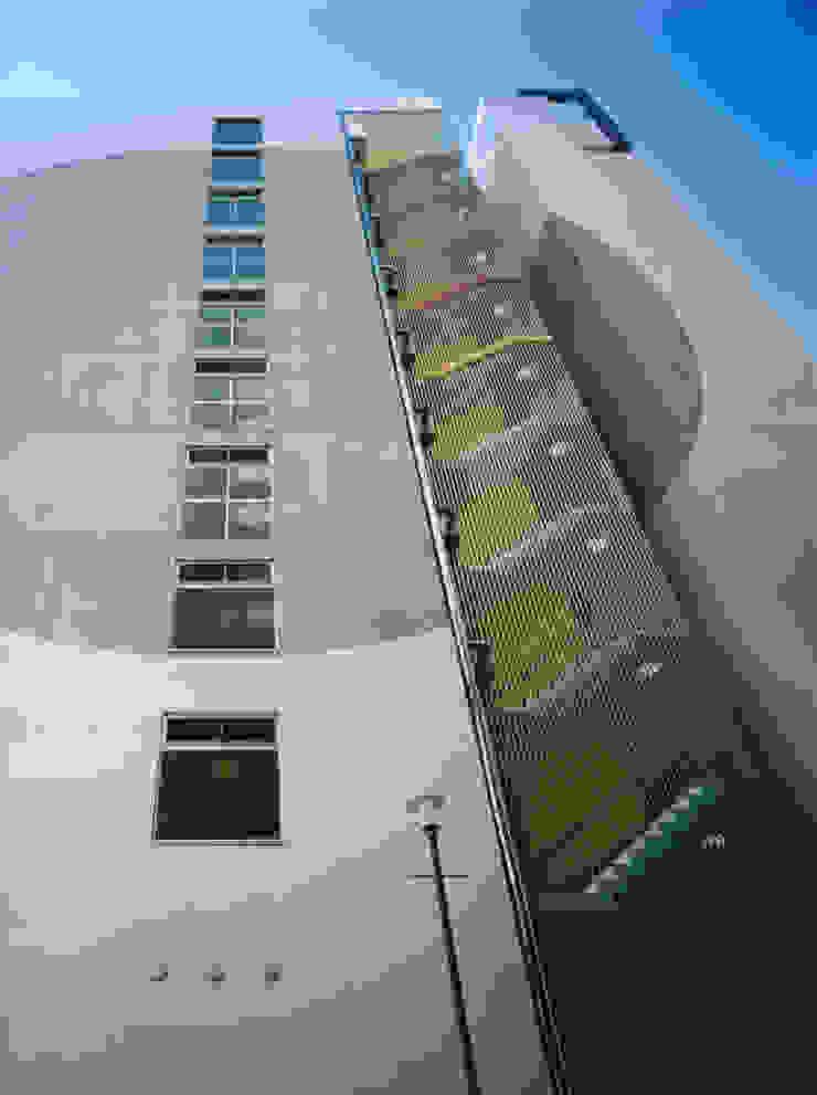 あお建築設計 Modern corridor, hallway & stairs Aluminium/Zinc Metallic/Silver