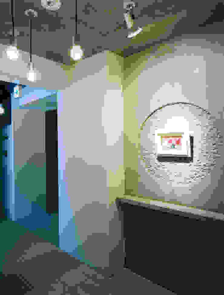あお建築設計 Modern corridor, hallway & stairs Stone Grey