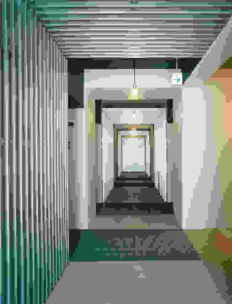 あお建築設計 Modern corridor, hallway & stairs Aluminium/Zinc Blue