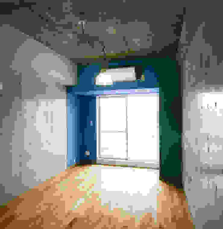 あお建築設計 Modern style bedroom Wood Grey