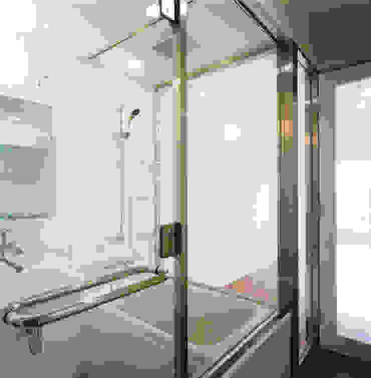 あお建築設計 Modern style bedroom Glass White