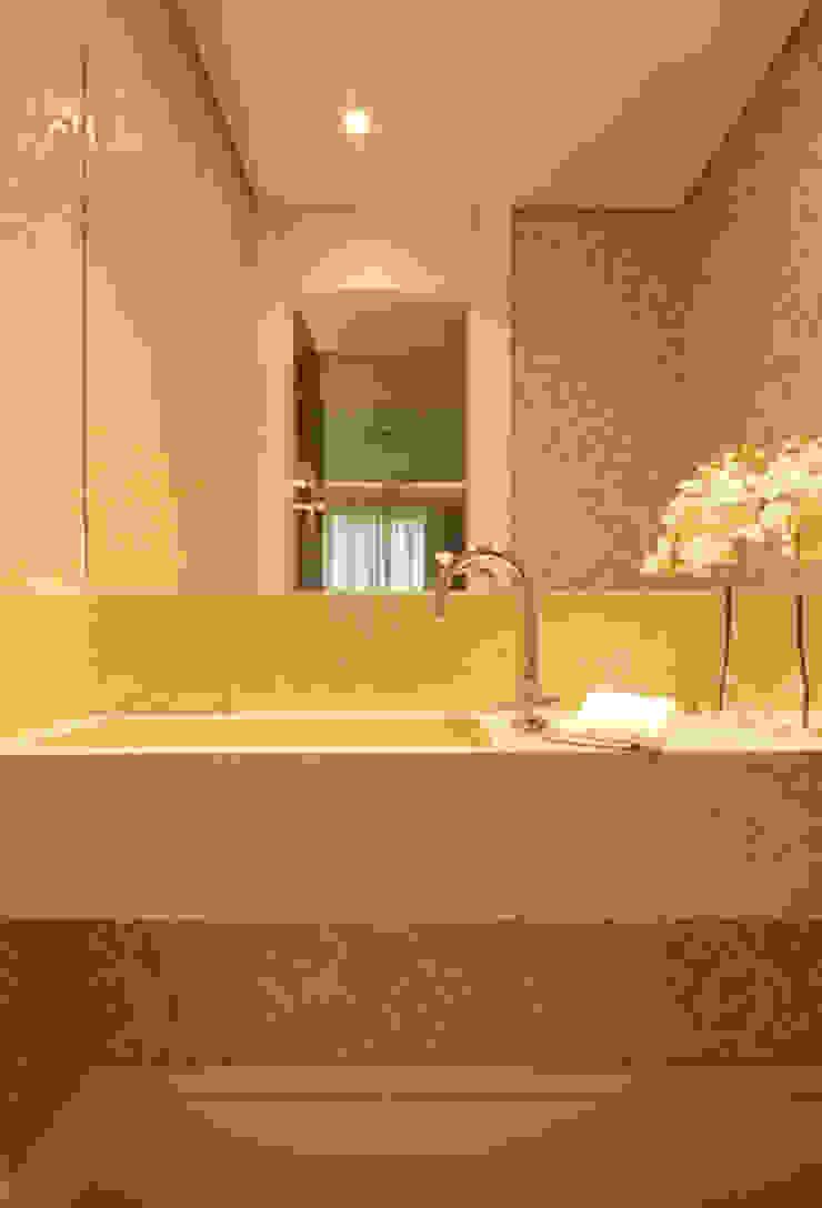 Lavabo Banheiros clássicos por Carolina Ouro Arquitetura Clássico