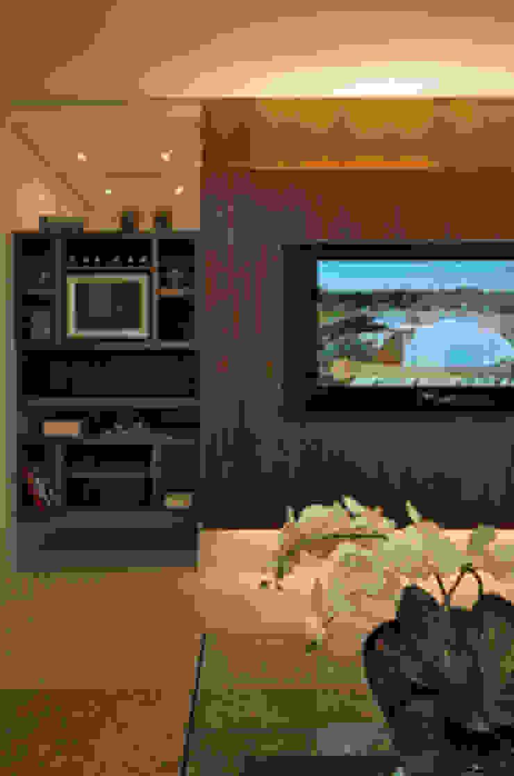 Móvel TV Salas multimídia clássicas por Carolina Ouro Arquitetura Clássico
