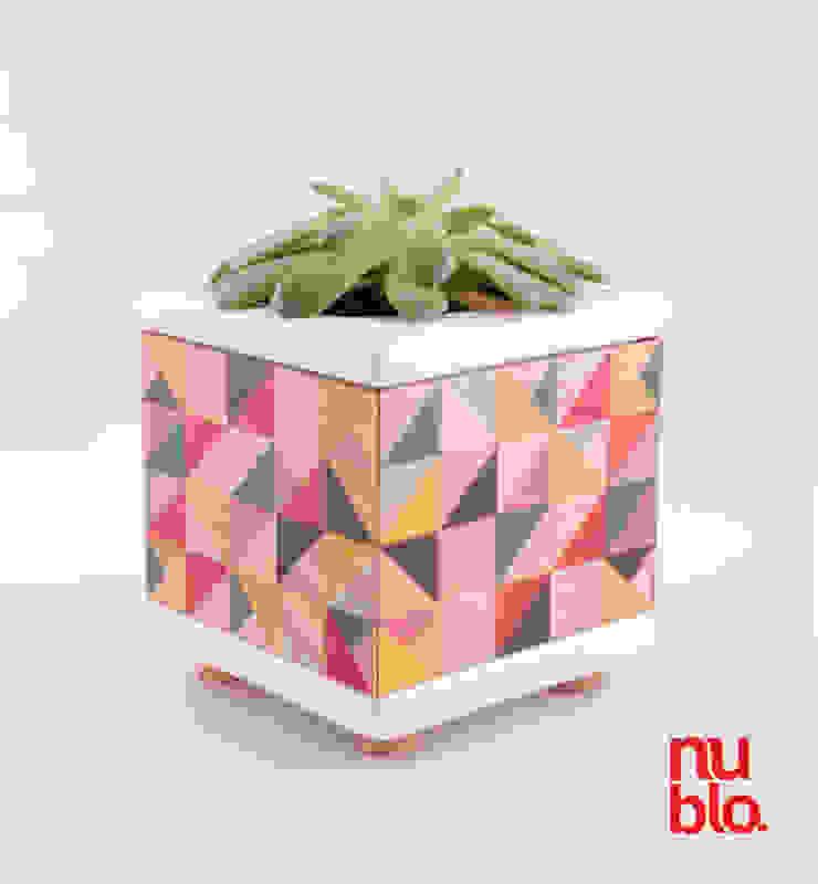 maceta cerámica y madera con contenedor de agua Espacios comerciales de estilo minimalista de nublo Minimalista