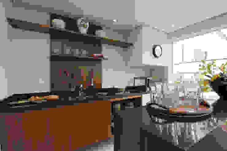 Apartamento residencial – Ed. Lumina Parque Clube Varandas, alpendres e terraços clássicos por Carolina Ouro Arquitetura Clássico