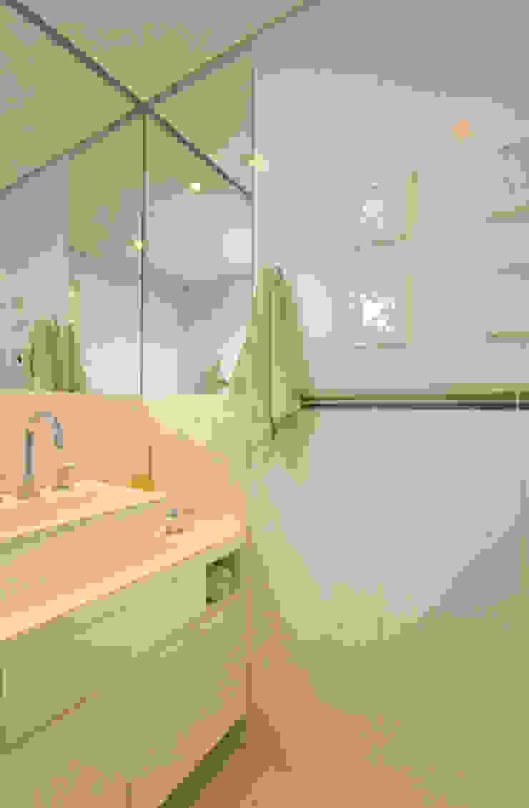 Banheiro Banheiros clássicos por Carolina Ouro Arquitetura Clássico