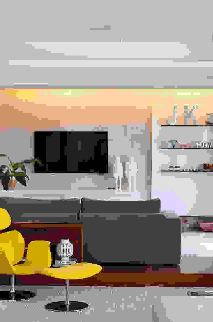 Thaisa Camargo Arquitetura e Interiores Ruang Media Modern Multicolored