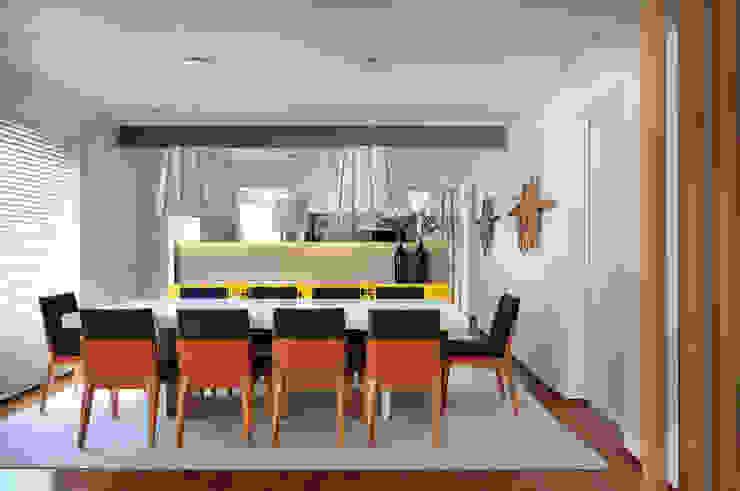 Thaisa Camargo Arquitetura e Interiores Ruang Makan Modern Multicolored