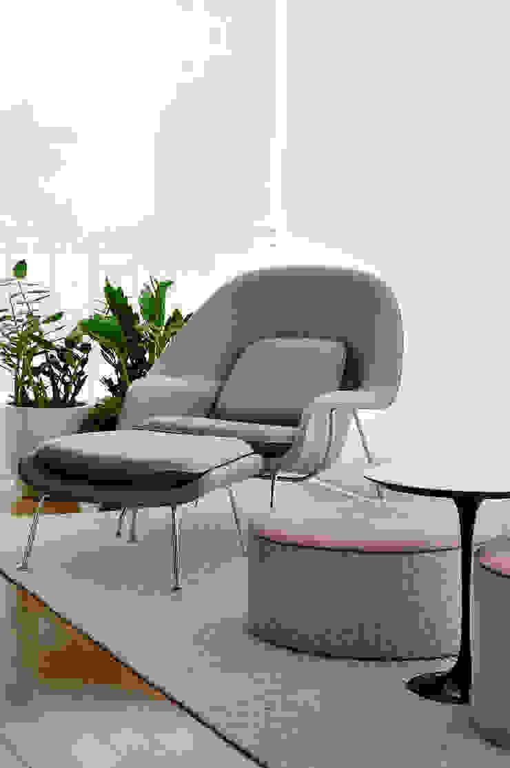 Thaisa Camargo Arquitetura e Interiores Balconies, verandas & terraces Furniture Grey