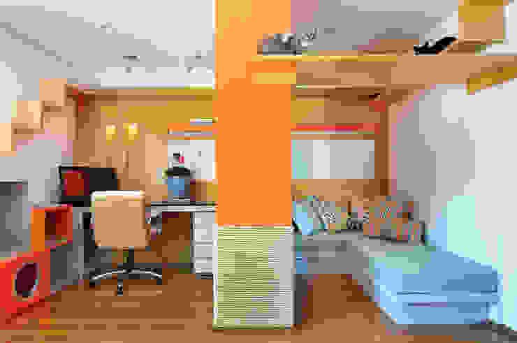 Moderne Arbeitszimmer von Thaisa Camargo Arquitetura e Interiores Modern