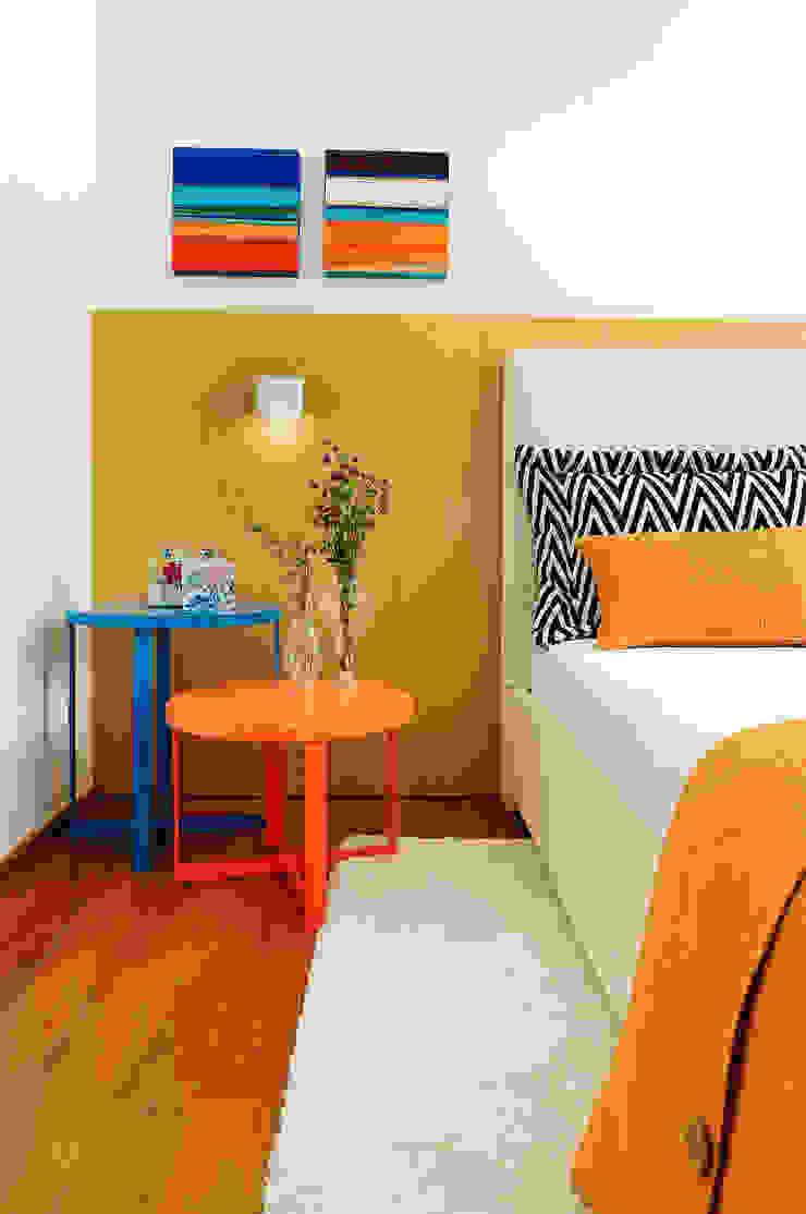 Thaisa Camargo Arquitetura e Interiores BedroomBedside tables Multicolored