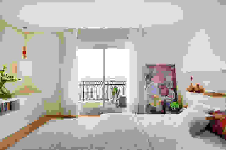 Thaisa Camargo Arquitetura e Interiores Chambre moderne Multicolore