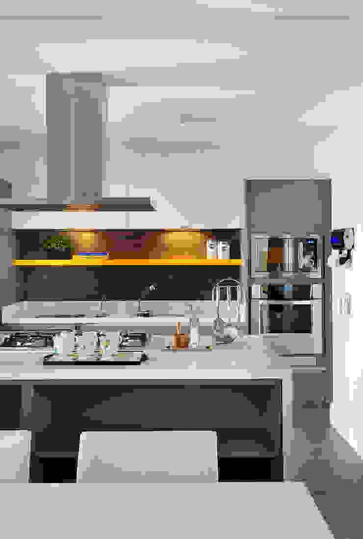 Thaisa Camargo Arquitetura e Interiores Cuisine moderne Multicolore