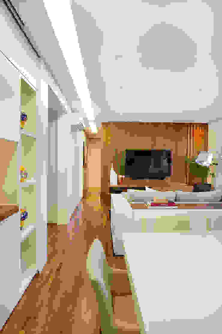 Thaisa Camargo Arquitetura e Interiores Salle multimédia moderne Multicolore