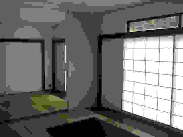 和室より母の部屋を見る の 青戸信雄建築研究所