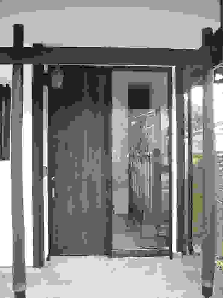 玄関(外観) の 青戸信雄建築研究所