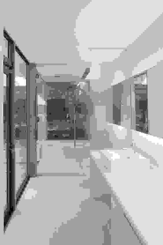 Moderne Badezimmer von ツジデザイン一級建築士事務所 Modern