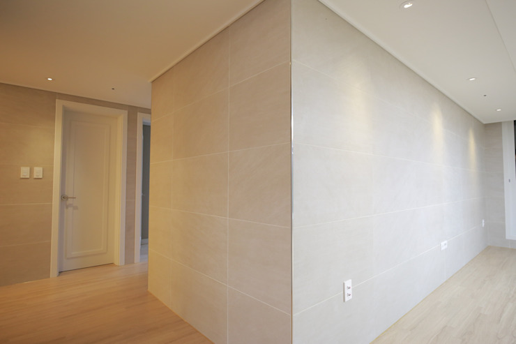 거실벽 코너 (After): 1204디자인의 현대 ,모던