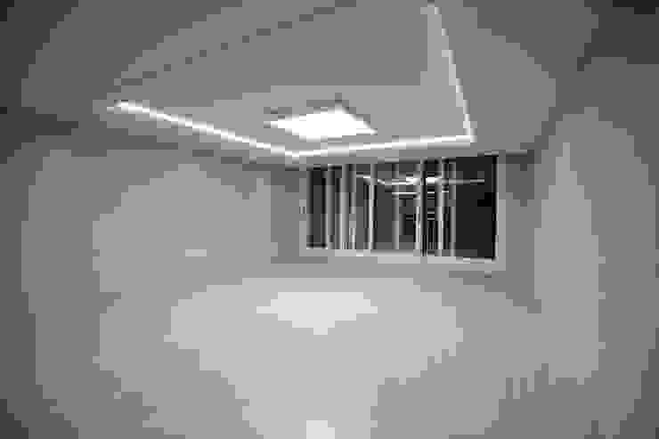 거실 (After): 1204디자인의 현대 ,모던