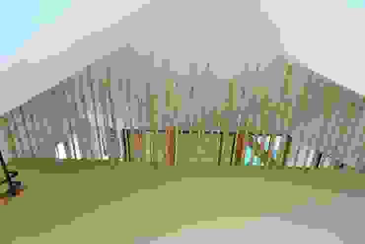 Pasillos, vestíbulos y escaleras de estilo ecléctico de allmermacke Ecléctico Bambú Verde