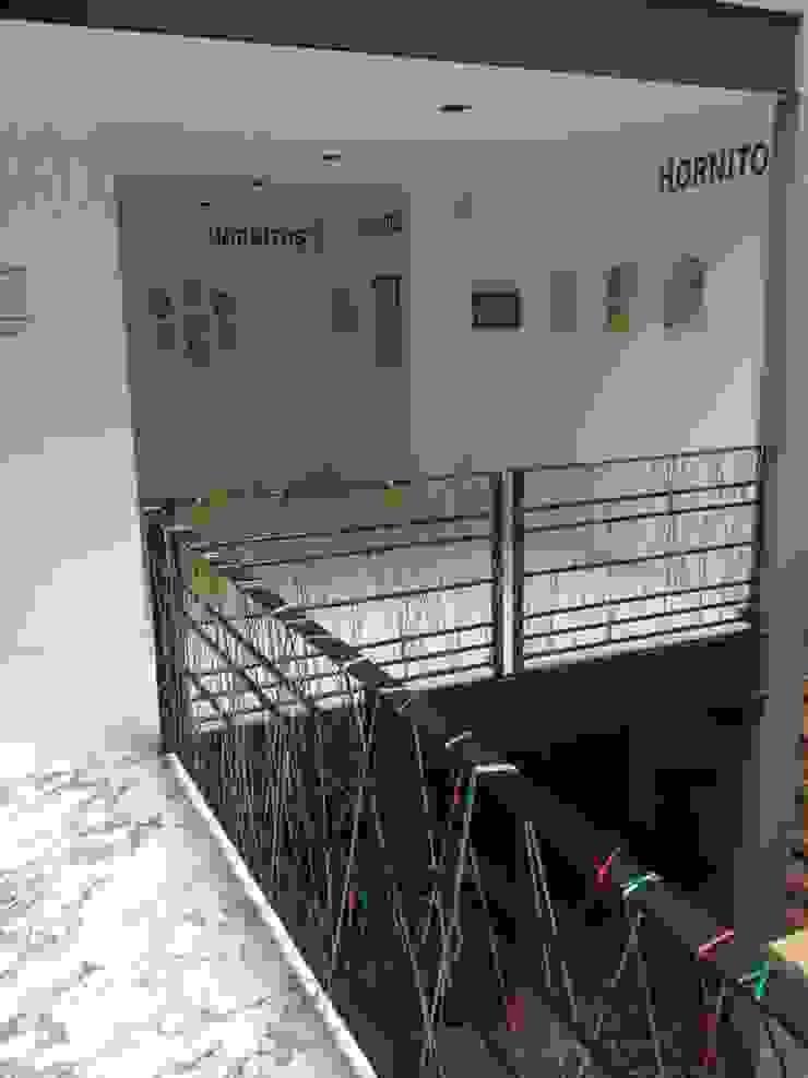 の HO arquitectura de interiores モダン