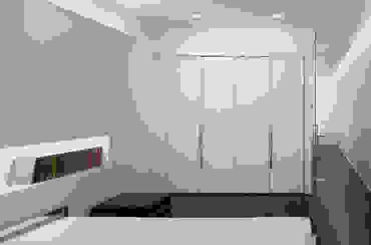 ミニマルスタイルの 寝室 の Reggiani SPA Illuminazione ミニマル プラスティック