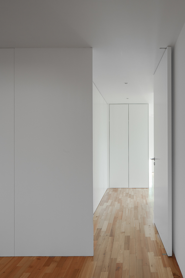 Modern Corridor, Hallway and Staircase by PEDROHENRIQUE|ARQUITETO Modern